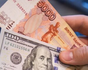 Доллар стоит больше 70 рублей