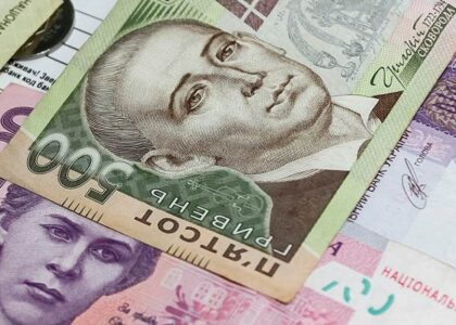 Гривна укрепилась к доллару и евро⠀