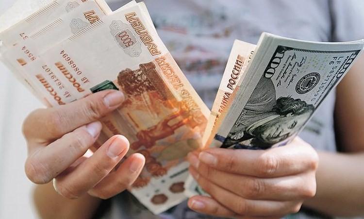 Курс доллара превысил 77 рублей