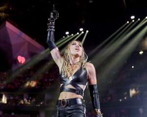 Певица Майли Сайрус дарит акции на $1 млн