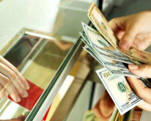 Инвестор советует покупать доллары